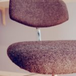 Trasig skrivbordsstol får nytt liv med ylletyg