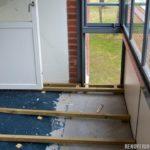 Räta upp lutande balkong med tryckimpregnerade reglar